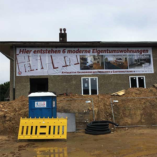 Immobilien Banner, Mesh Werbebanner, an Haus Fassade by Werbekaiser™
