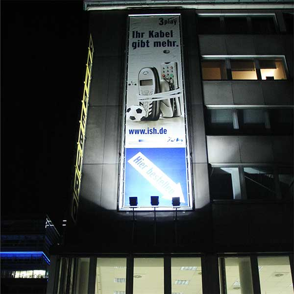 XXL Fassaden Banner im Rohrgestell, Stadt Essen, TV Kabel, mit Beleuchtung by Werbekaiser™