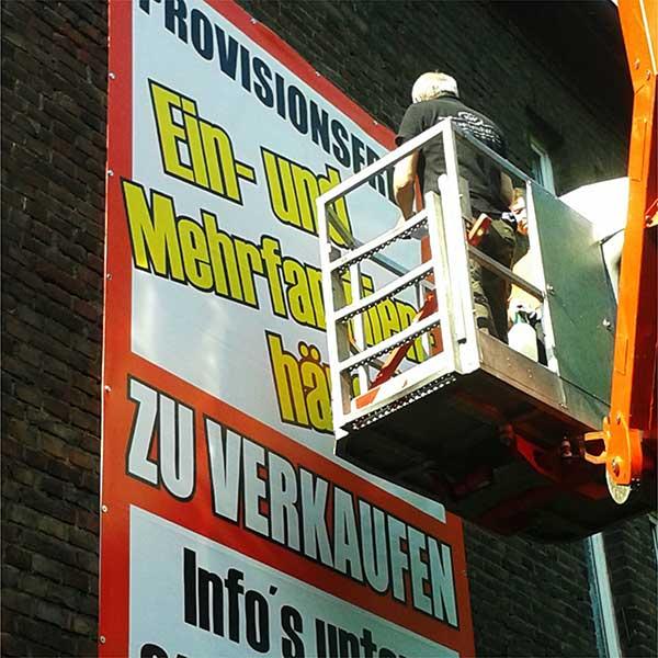 Wandmontage mit Steiger, PVC Frontlit Werbeplane by Werbekaiser™